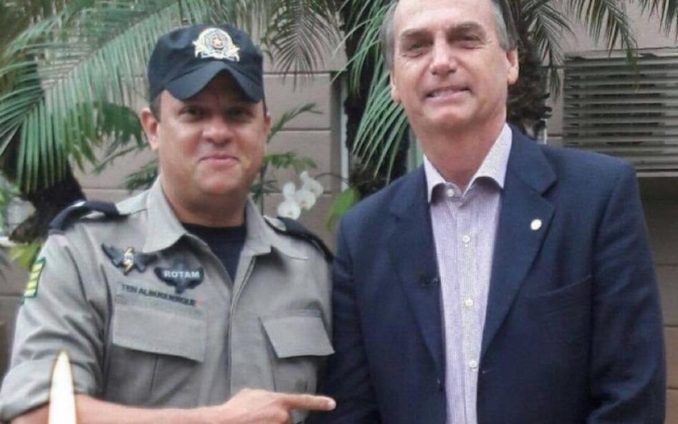 Tenente da PM ao lado do presidente Jair Bolsonaro — Foto: Reprodução/TV Anhanguera