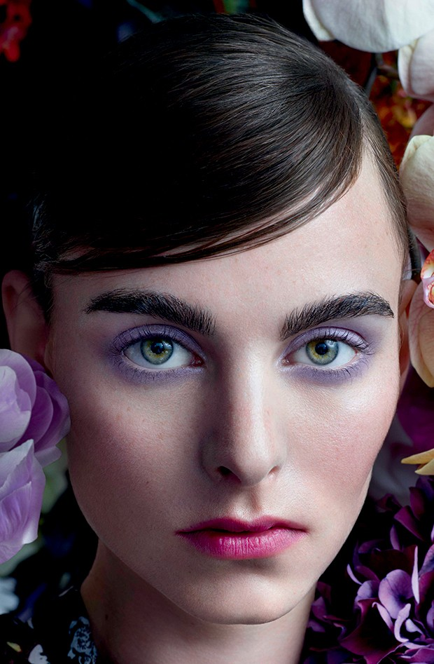 Na campanha da Strange Flowers, nova coleção da Erdem para a NARS, o make em tons variados de roxo  ganha a cena (Foto: Divulgação)