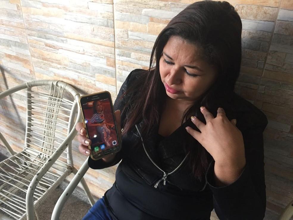 Mãe de Vanessa mostra a foto da filha: 'ela era a minha princesa' (Foto: Alba Valéria Mendonça/ G1)