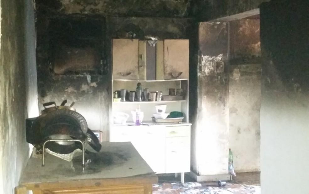 Casa ficou destruída após incêndio que matou 3 pessoas em Lavras (Foto: Corpo de Bombeiros)
