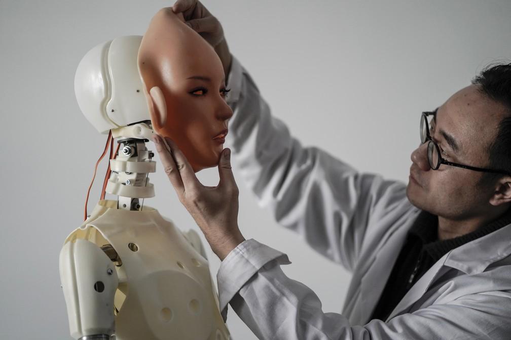 Cerca de 120 pessoas trabalham na produção das bonecas sexuais  (Foto: Fred Dufour/AFP )