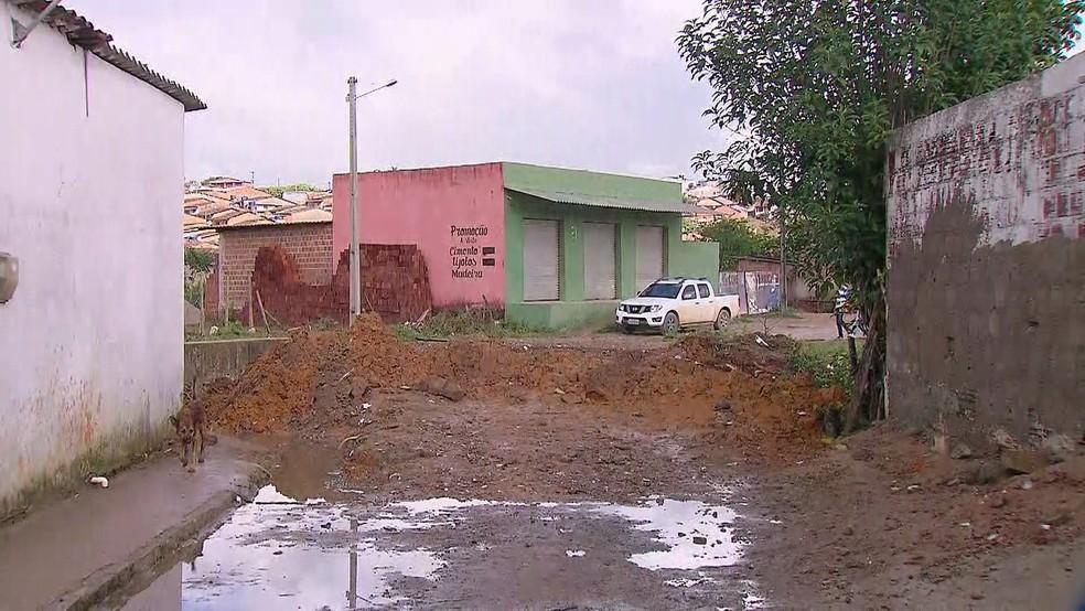 Rua da cidade de Amaraji ficou cheia de lama e barro após chuvas entre o domingo (3) e a segunda (4) — Foto: Reprodução/TV Globo