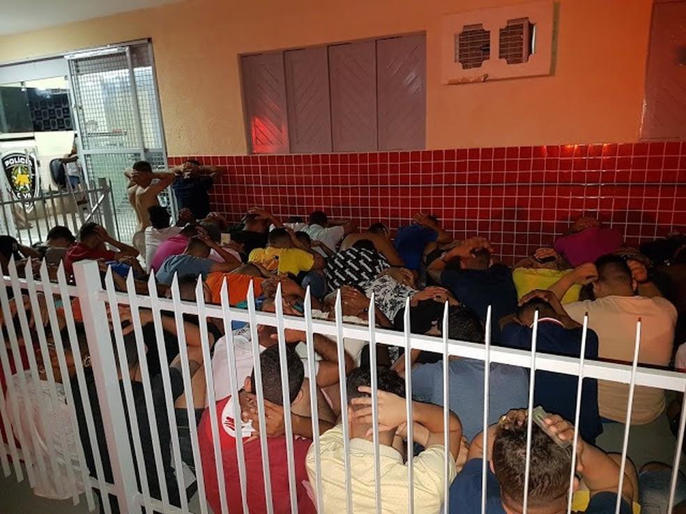 70 homens e 36 mulheres foram levados à delegacia de plantão de Mossoró, após festa  — Foto: Nilson Ferreira