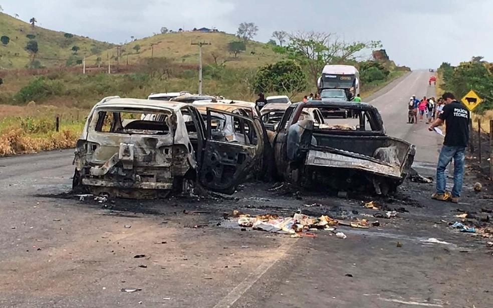 Carros destruídos pelas chamas após engavetamento no sul da Bahia — Foto: Keile Araújo/Itororó Já