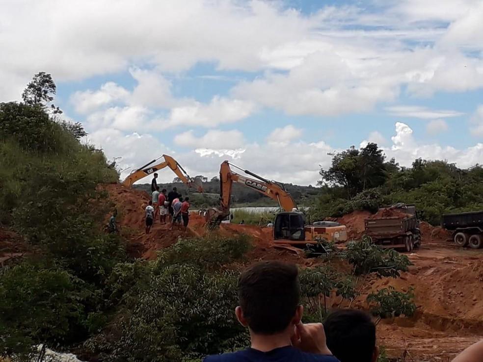 Técnicos fazem manutenção na barragem para evitar rompimento da estrutura — Foto: Arquivo pessoal