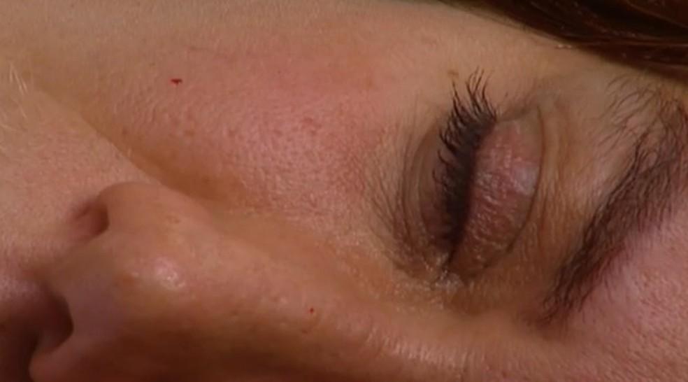 Ingrid (Lilia Cabral) morre na frente da filha em 'Laços de Família' — Foto: Globo