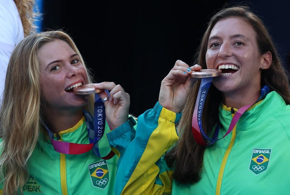 Laura Pigosi e Luisa Stefani com suas medalhas de bronze — Foto: Reuters