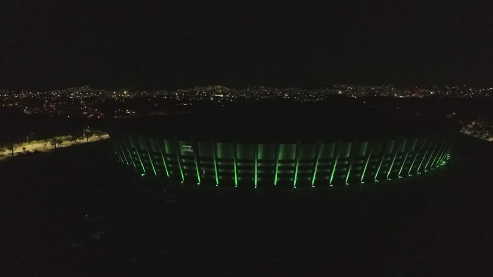 Mineirão ganha iluminação especial para homenagear enfermeiros em BH
