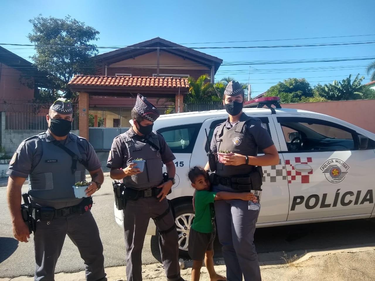 Menino de 4 anos que sonha em ser policial recebe visita surpresa da PM em Jundiaí