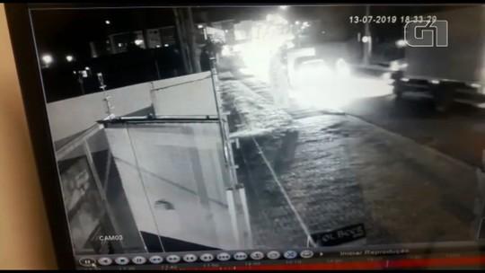 Motociclista morre atropelado por caminhão que invadiu pista contrária, em São José dos Pinhais