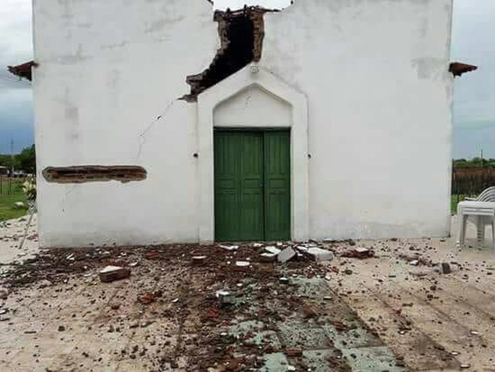 Igreja é atingida por raio no interior do Ceará (Foto: Nathan/Sertão de Crateús)