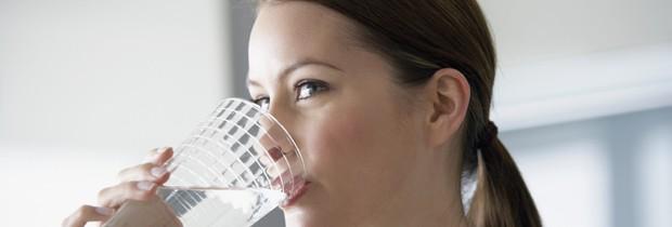 Médica sugere beber bastante água até uma hora antes de ir para a cama (Foto: Think Stock)