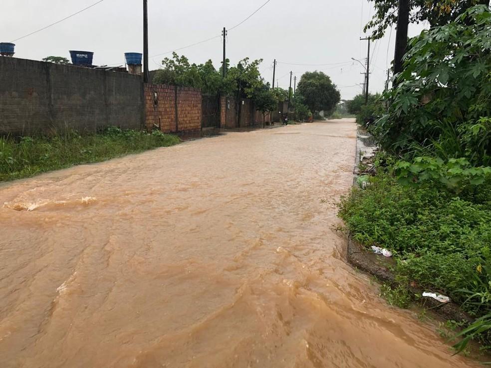 Chuva com mais de 6 horas deixa ruas alagadas em Ariquemes, RO — Foto: Jeferson Carlos/G1
