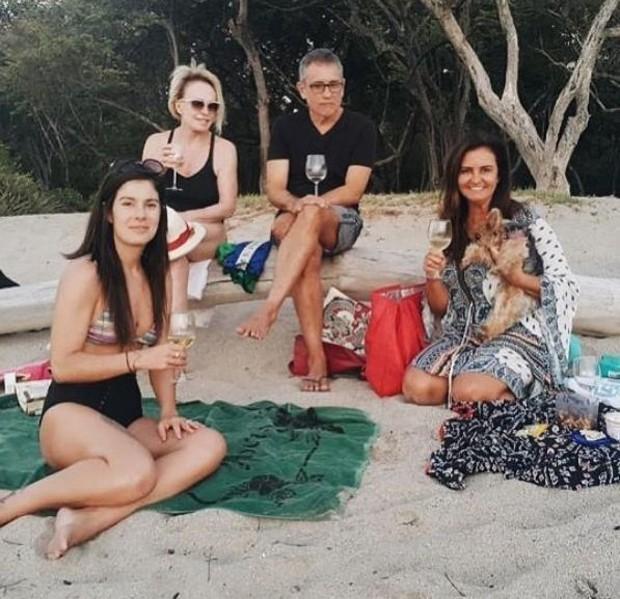 Ana Maria Braga brindando suas férias na praia (Foto: Reprodução/Instagram)