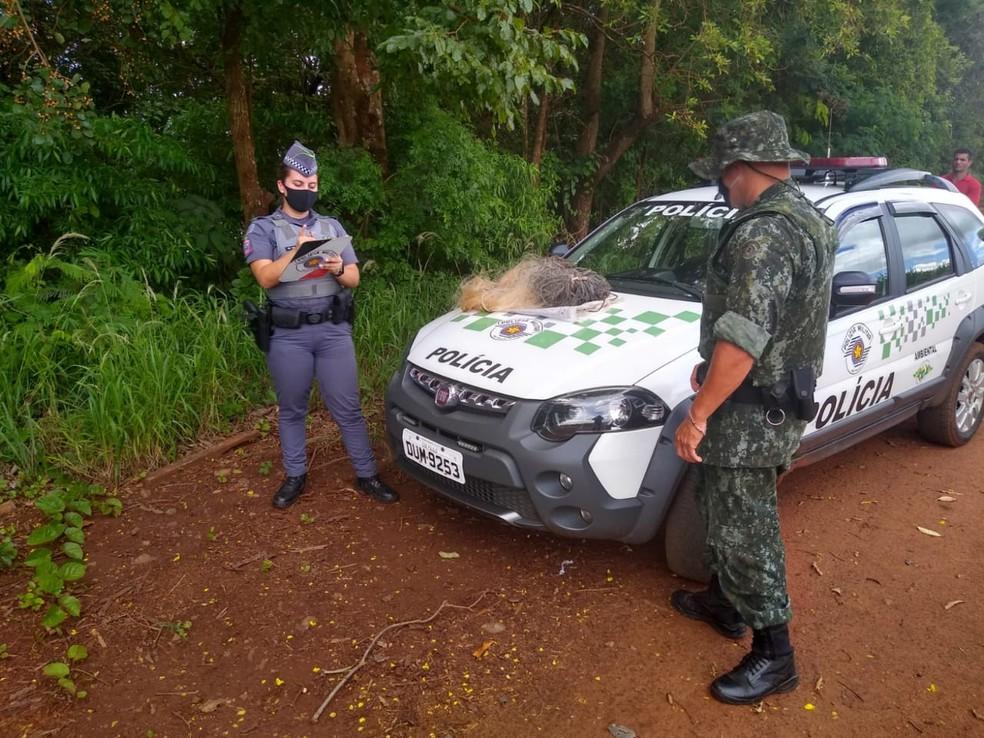 Homens receberam advertência por pesca proibida em Ourinhos — Foto: Polícia Ambiental/Divulgação