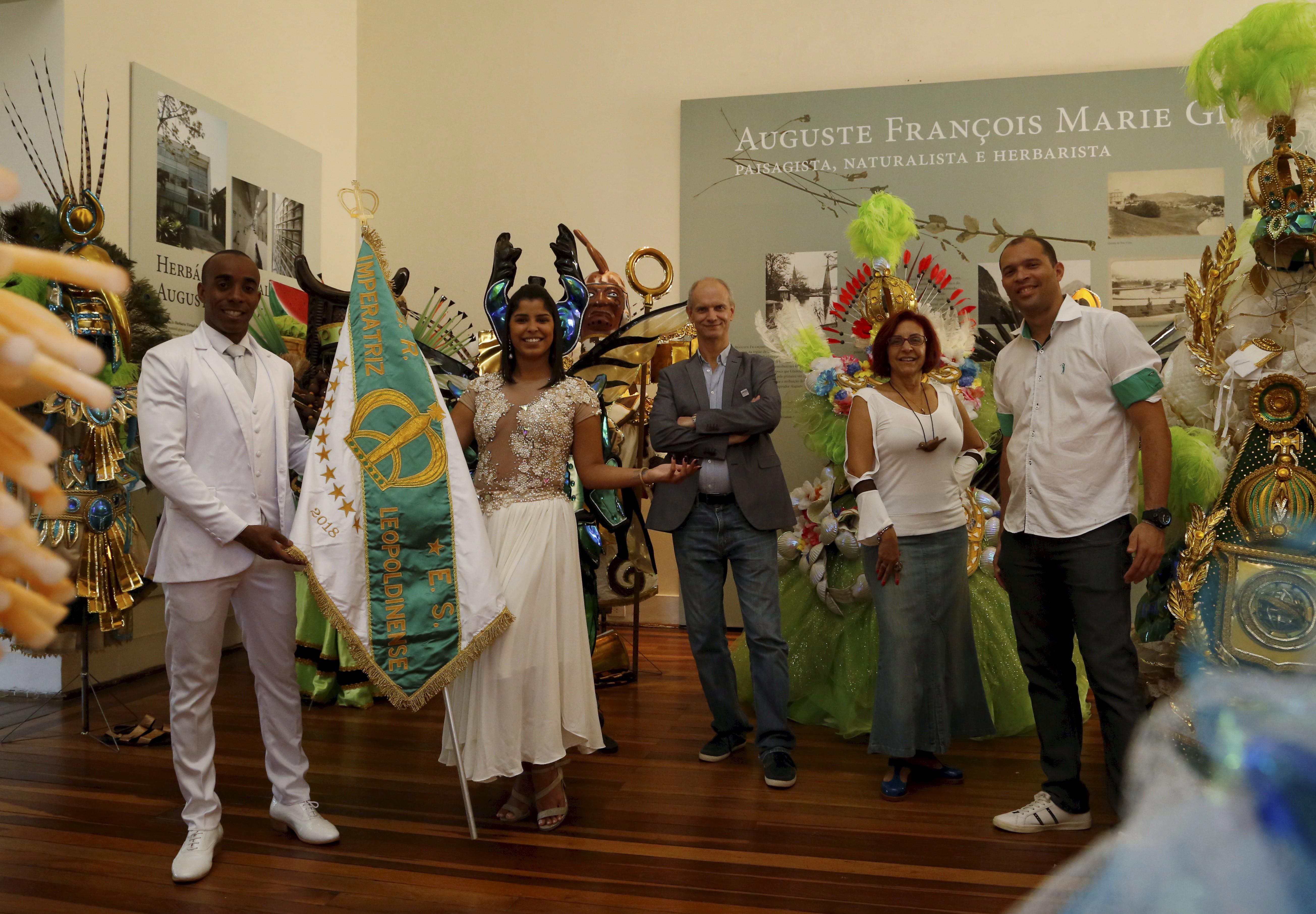 Componentes da Imperatriz posam ao lado de Alex Kellner, diretor do Museu Nacional