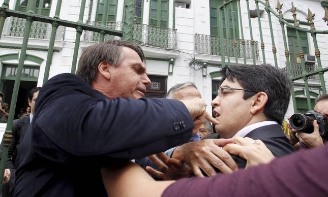 Jair Bolsonaro tenta bater em Randolfe Rodrigues durante visita ao antigo DOI-Codi