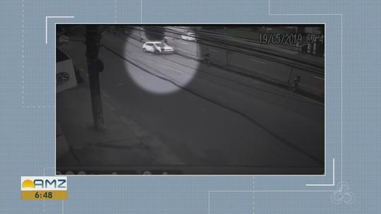 Carro invade área de corrida de rua e atropela dois atletas em Manaus; veja no vídeo