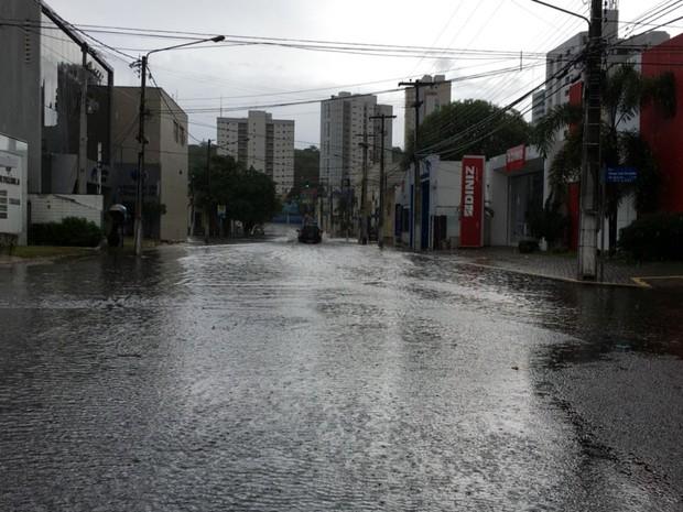 Chuva causou vários pontos de alagamento em Natal (Foto: Filipo Cunha/G1)