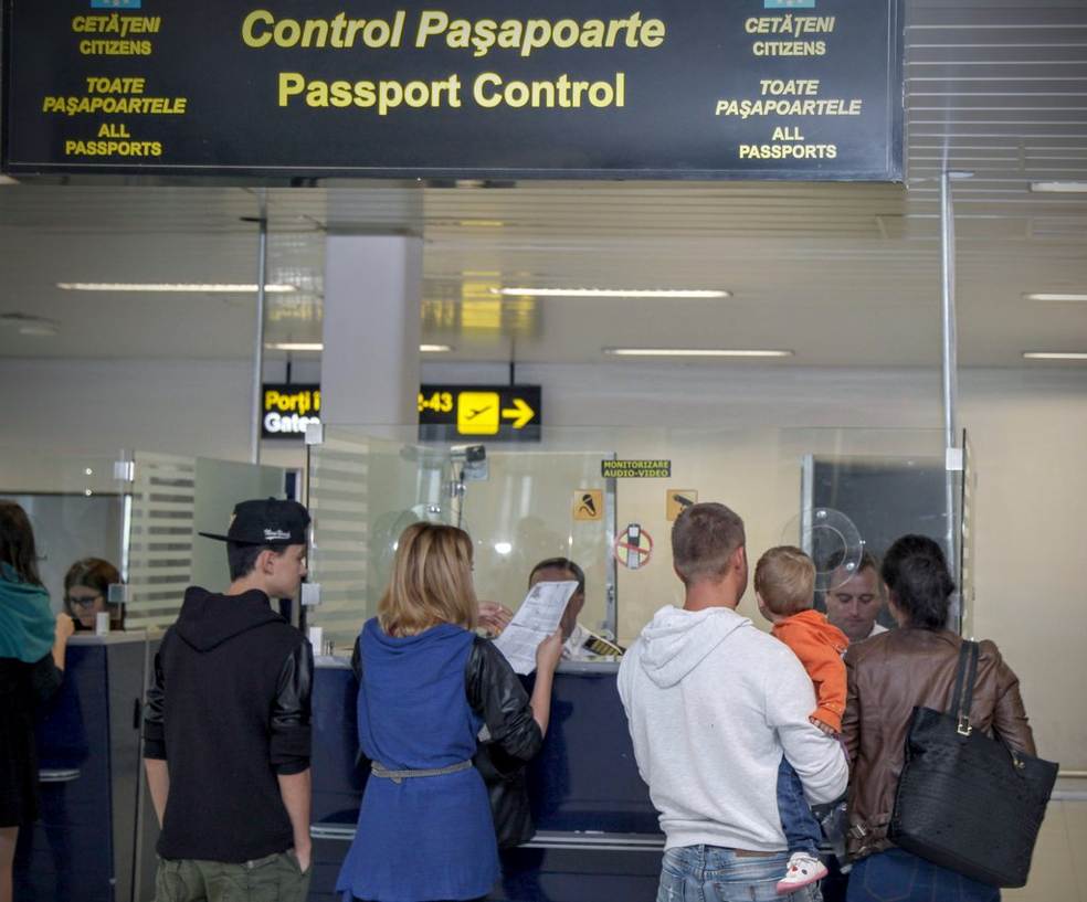 Controle passaporte em aeroporto da União Europeia (Foto: Reprodução/Twitter/@Frontex)