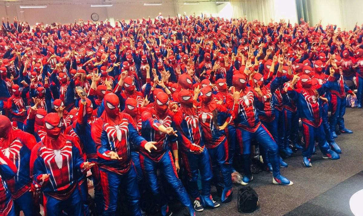 Os 547 fãs mascarados de Homem-Aranha na convenção de cultura pop realizada na Suécia (Foto: Twitter)