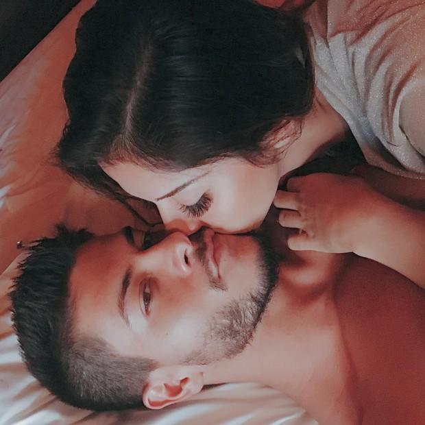 Mayra Cardi posa beijando Arthur Aguiar (Foto: Reprodução/Instagram)