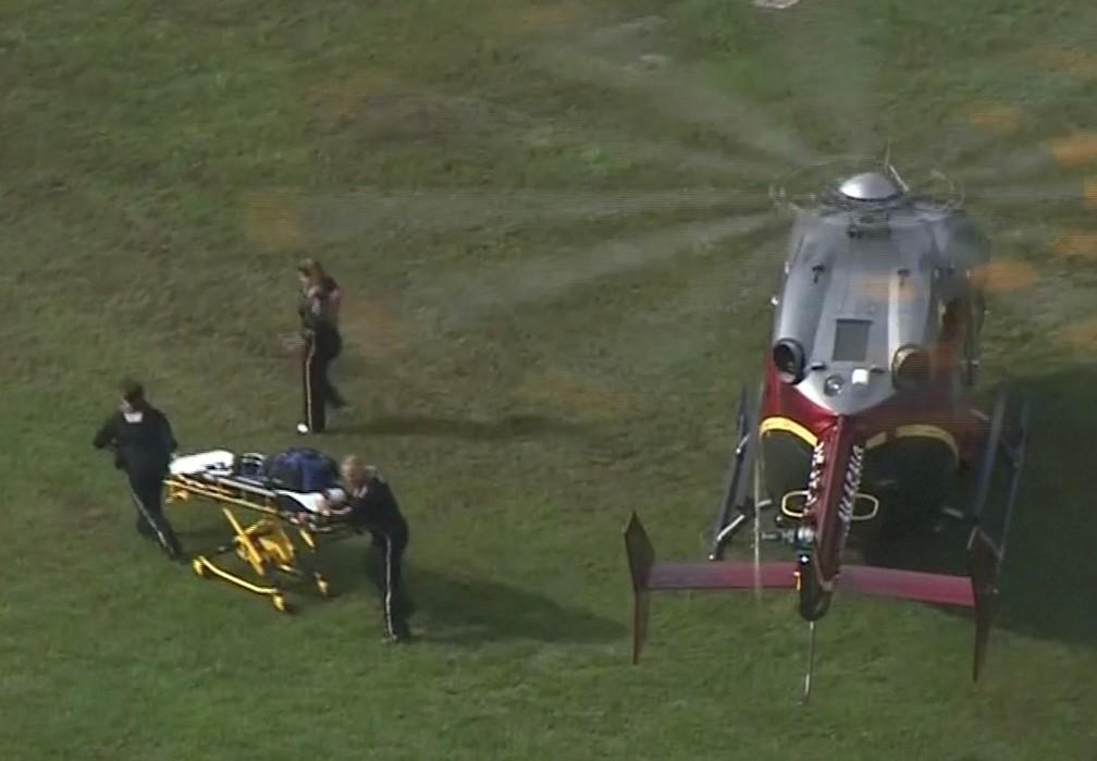 Equipe de resgate prepara maca para socorrer feridos de massacre em Virginia Beach, nos EUA — Foto: WAVY-TV/NBC/via Reuters