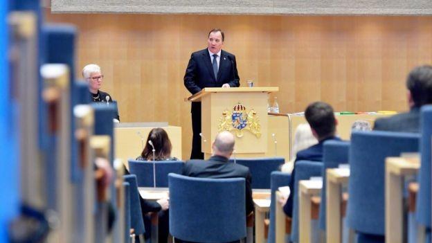 O único político com direito a carro na Suécia é o primeiro-ministro, hoje Stefan Lofven (Foto: JESSICA GOW/AFP/GETTY IMAGES/BBC)