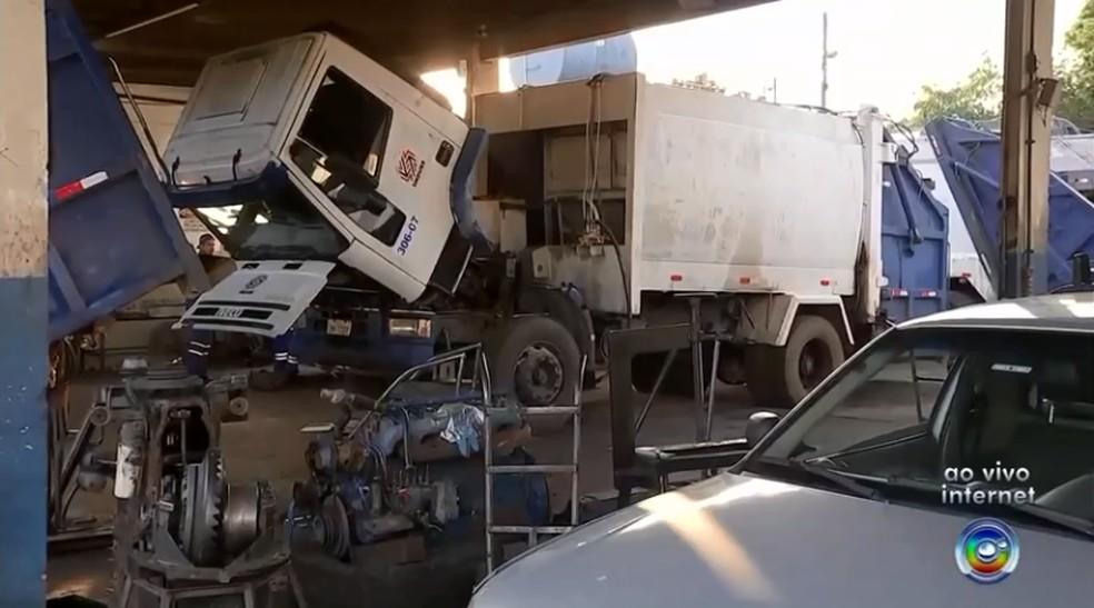 Seis caminhões ainda estão quebrados, segundo a Emdurb de Bauru — Foto: Reprodução/TV TEM