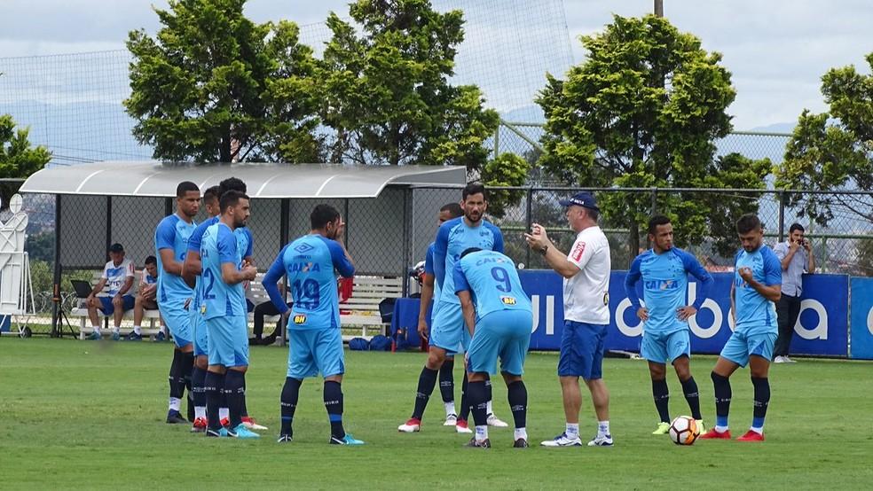Mano Menezes conversa com os jogadores que devem começar diante do Racing (Foto: Thaynara Amaral)