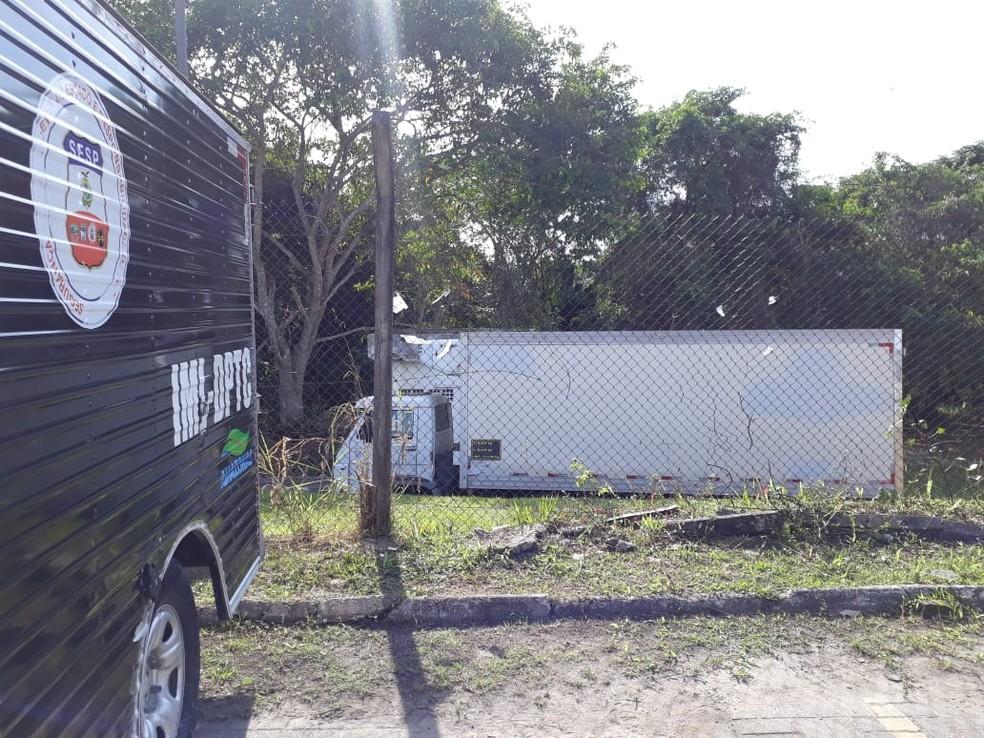 Governo alugou caminhões frigoríficos para armazenar corpos de detentos mortos em massacre — Foto: Eliana Nascimento/G1 AM
