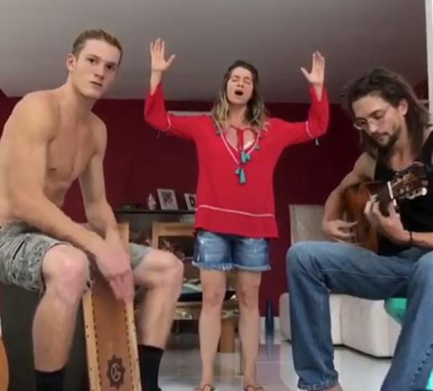 Letícia Spiller cantando com o filho Pedro Novaes  (Foto: Reprodução/Instagram)
