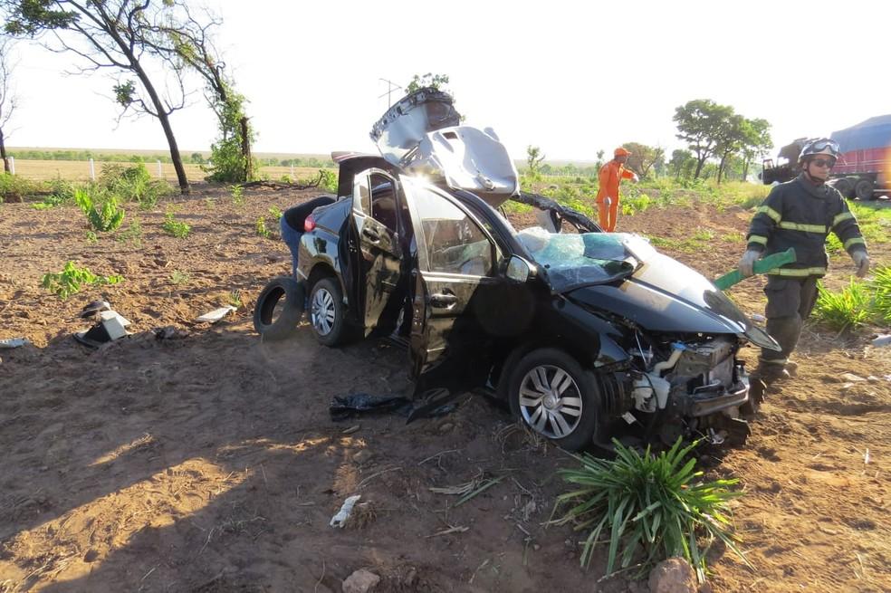 Carro fica destruído após acidente com caminhão no oeste da Bahia — Foto: Blogbraga/Edivaldo Braga