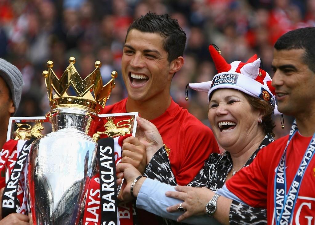 Cristiano Ronaldo celebra il titolo con sua madre ai tempi del Manchester United (Immagine: Getty Images)