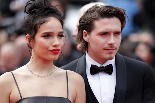 David e Victoria Beckham ficam preocupados após briga do primogênito com a namorada em saguão de hotel em Cannes