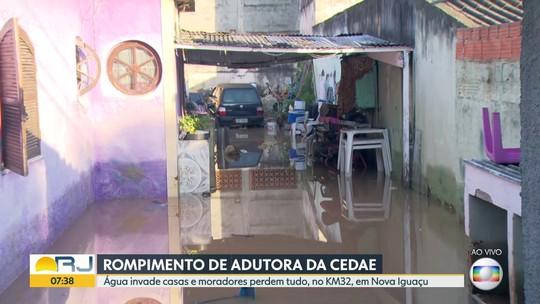 Adutora da Cedae rompe e alaga casas em Nova Iguaçu