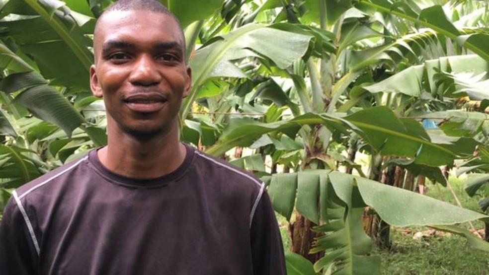 Merinho Moucar é um dos contratados para cuidar das plantas na fazenda (Foto: BBC)