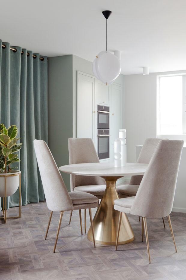 Décor do dia: Sala de jantar combina branco com dourado (Foto: Divulgação)
