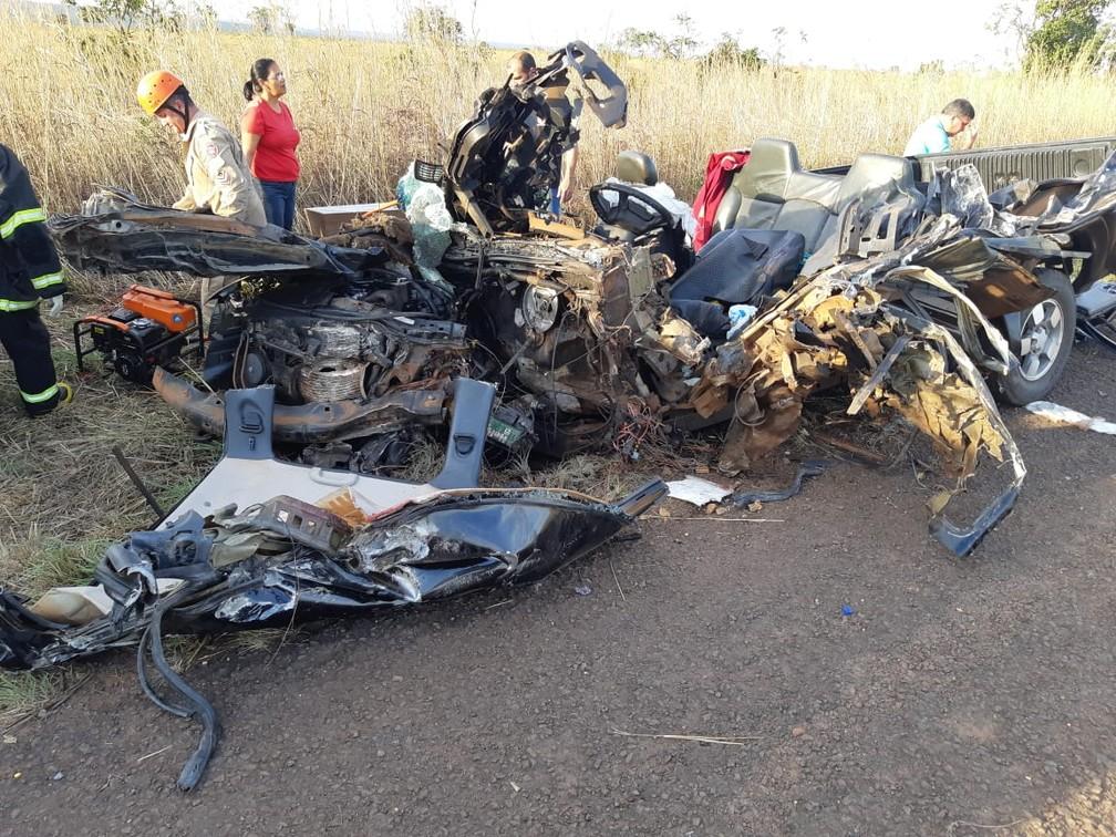 Caminhonete ficou completamente destruída com o impacto em MS  — Foto: PRF/Reprodução