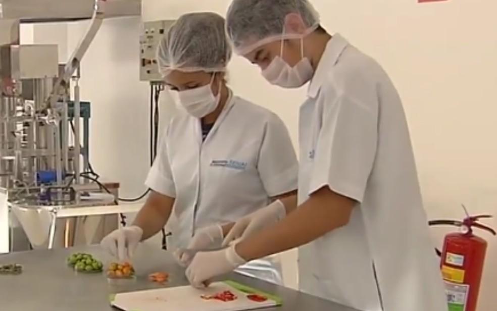 Estudantes desenvolvem chiclete de pimenta em Goiânia — Foto: Reprodução/TV Anhanguera