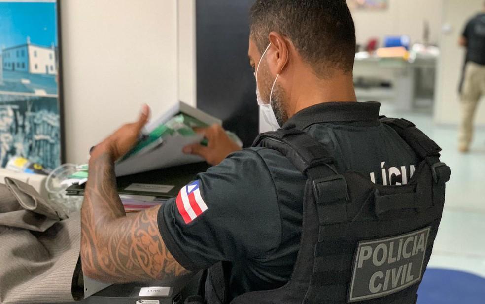 Policial Civil do Distrito Federal apreende documentos, durante operação, em imagem de arquivo — Foto: Divulgação/Polícia Civil
