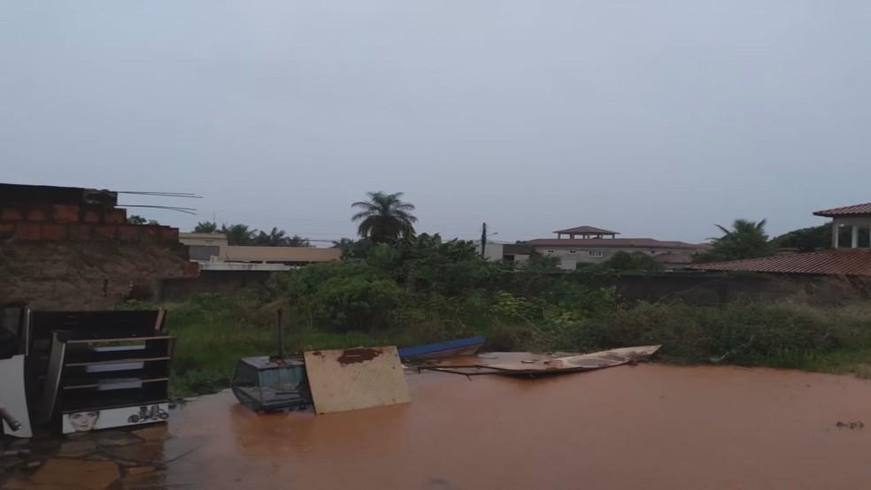 Muro desabada em Vicente Pires, no DF, após chuvas — Foto: Reprodução