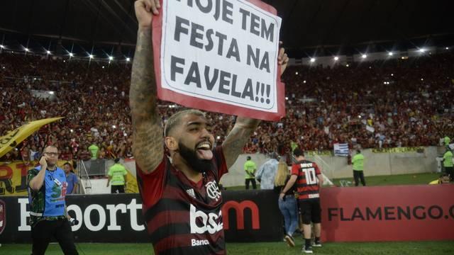 """Gabigol segura cartaz com a frase """"Hoje tem festa na favela!!!"""""""