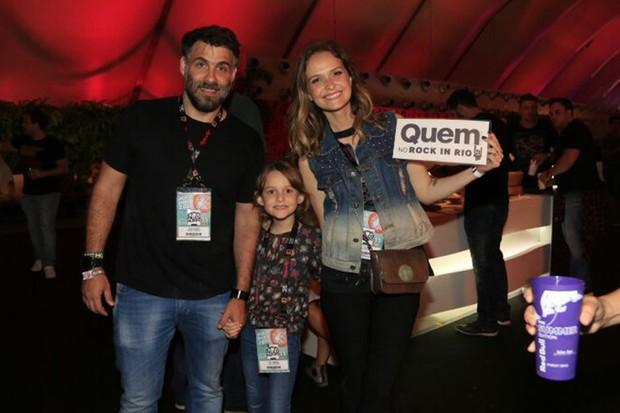 Raoni Carneiro e Fernanda Rodrigues com a filha, Luísa (Foto: Marcos Rosa/ Ed. Globo)