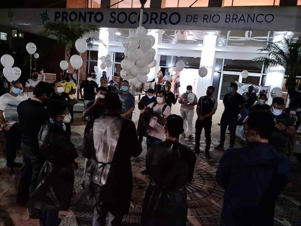 Com balões brancos, faixas, e cruzes, categoria fez momento de oração em frente ao PS de Rio Branco — Foto: Arquivo/Sintesac