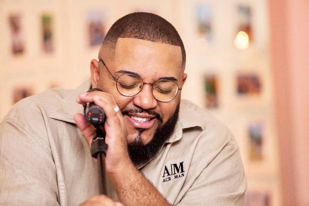 Tiee junta hits da MPB e do pop nacional na roda do álbum 'As que tocam lá em casa'