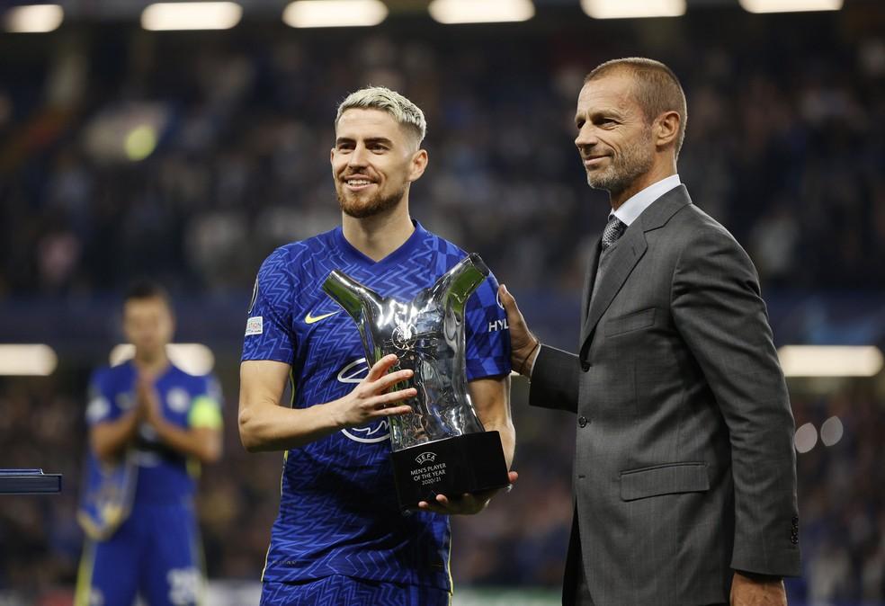 Jorginho recebe troféu de melhor jogador da Uefa em 2020/21 — Foto:  Reuters/John Sibley