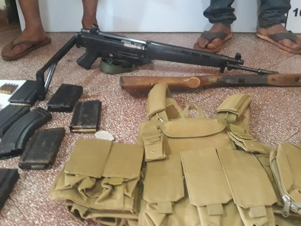 Armas, carregadores e coletes apreendidos pela polícia paraguaia com os dois homens que são suspeitos de participarem da tripla execução em Zanja Pytã, na noite de sábado (9) — Foto: Dirección de Investigacion de Hechos Punibles/Divulgação
