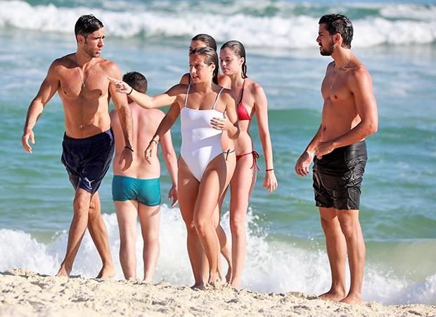 Agatha Moreira, Bruna Griphao, Marcos Pitombo, Rodrigo Simas e amigos curtem praia da Barra da Tijuca (Foto: AgNews)