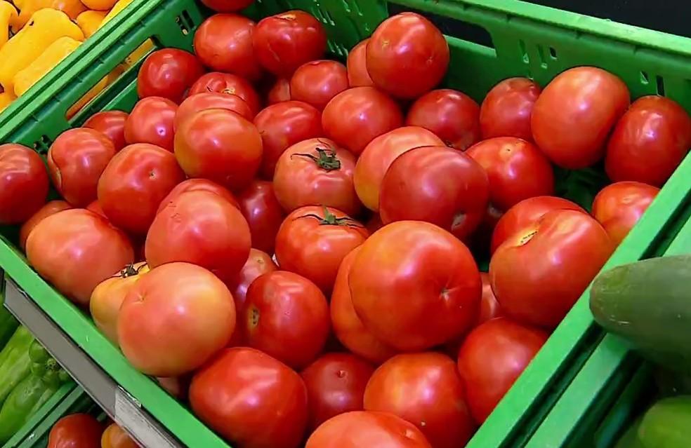 Tomate foi o item que teve maior aumento no preço entre os doze itens da cesta básica — Foto: Reprodução/RBS TV